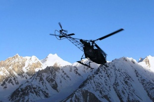 SIACHEN GLACIER/ INDIA / 26 JUNE 2005An Indian airforce Cheetah helicopter takes off from the FLB (Forward Logistics Base) at the Siachen glacier. Photo: PRASHANT PANJIAR - LIVEWIRE IMAGES